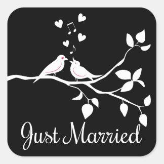 Schwarzweiss-Lovebirds-gerade verheiratete Quadratischer Aufkleber