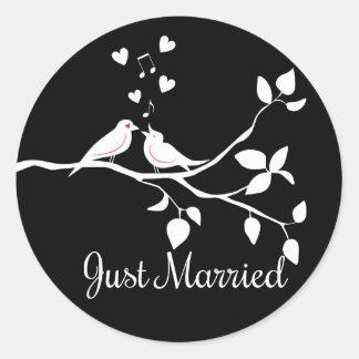 Schwarzweiss-Lovebirds-gerade verheiratete Runder Aufkleber