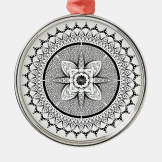 Schwarzweiss-Mandala Rundes Silberfarbenes Ornament