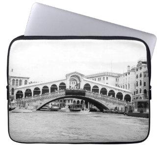 Schwarzweiss-Rialto Brücke, Venedig Laptop Sleeve