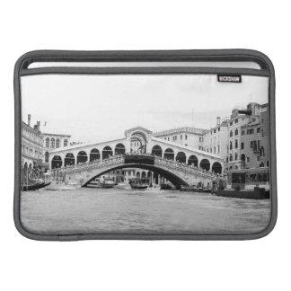 Schwarzweiss-Rialto Brücke, Venedig MacBook Sleeve