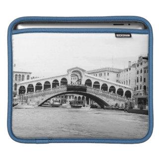 Schwarzweiss-Rialto Brücke, Venedig Sleeve Für iPads
