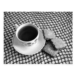 Schwarzweiss. Tasse Tee und Plätzchenpostkarte Postkarte