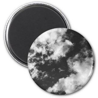 Schwarzweiss-wolkiges Wetter Runder Magnet 5,7 Cm