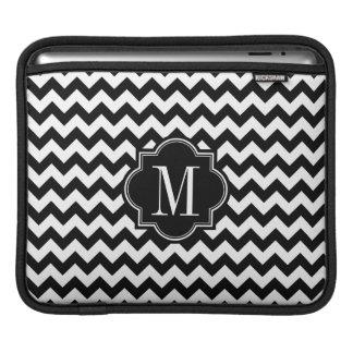 Schwarzweiss-Zickzack mit schwarzem Monogramm iPad Sleeve