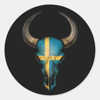 Schwedischer Flaggen-Stier-Schädel auf Schwarzem Runder Aufkleber