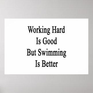 Schwer arbeiten ist gut, aber Schwimmen ist besser Poster
