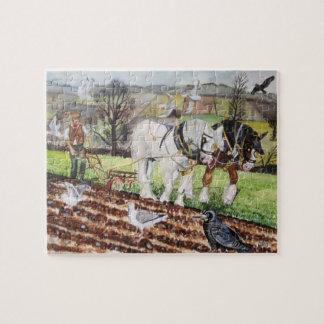 Schwere Pferde, die im März pflügen Puzzle
