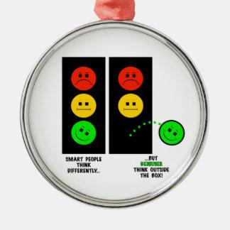 Schwermütige Stoplight-Genies denken außerhalb des Silbernes Ornament