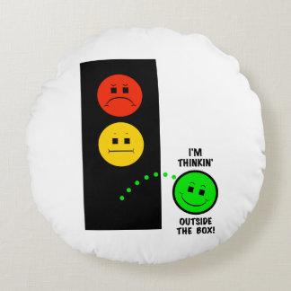 Schwermütiger Stoplight, der außerhalb des Kastens Rundes Kissen