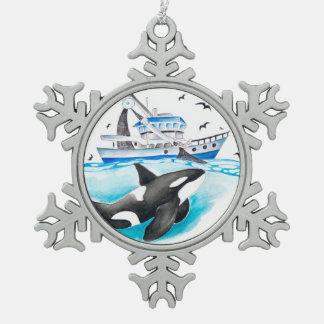 Schwertwal und das Fischerboot Schneeflocken Zinn-Ornament