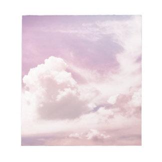 Schwimmen auf flaumige lila Wolken Notizblock