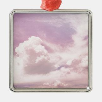 Schwimmen auf flaumige lila Wolken Quadratisches Silberfarbenes Ornament