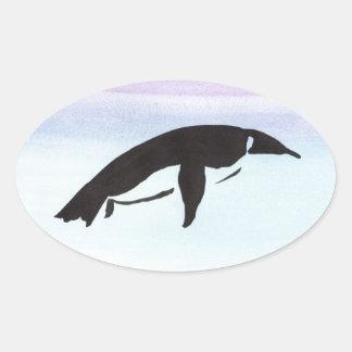 Schwimmen-Pinguin Ovaler Aufkleber