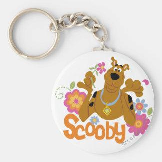 Scooby in den Blumen Standard Runder Schlüsselanhänger