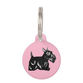 Scottie-Hund mit rosa kundenspezifischer runder Tiermarke