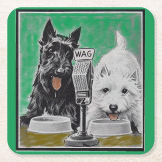 Scottie verfolgt Blackie und Whitie auf dem Radio Rechteckiger Pappuntersetzer