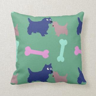 Scottish-Terrier-Welpe entbeint hellgrünes Kissen