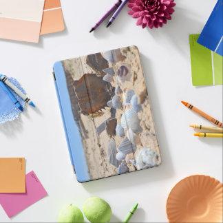Seashells auf dem Strand durch Shirley Taylor iPad Air Hülle