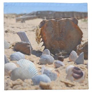 Seashells auf dem Strand durch Shirley Taylor Serviette