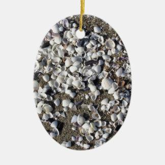 Seashells auf Sand Sommer setzen Draufsicht des Keramik Ornament