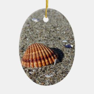 Seashells auf Sand. Sommerstrandhintergrund Keramik Ornament