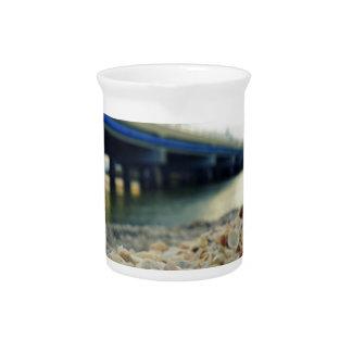 Seashells durch die Küste Getränke Pitcher