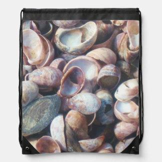 Seashells durch die Küste Turnbeutel