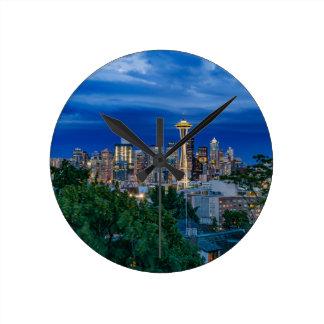 Seattle-Skyline an der Dämmerung Runde Wanduhr