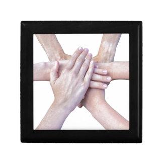Sechs Arme vereinigen mit den Händen auf einander Geschenkbox