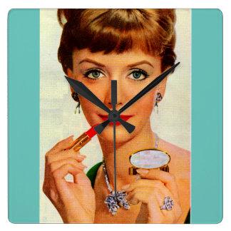 Sechzigerjahre Lippenstiftdame Quadratische Wanduhr