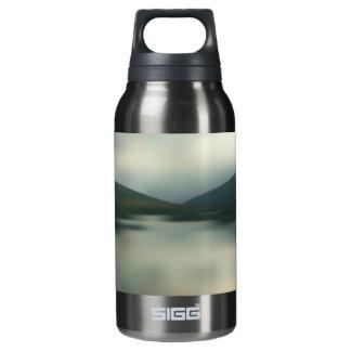See in den Bergen Isolierte Flasche