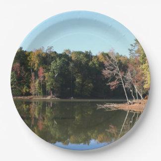 See-Reflexion des orange Herbstlaubs u. der blauen Pappteller