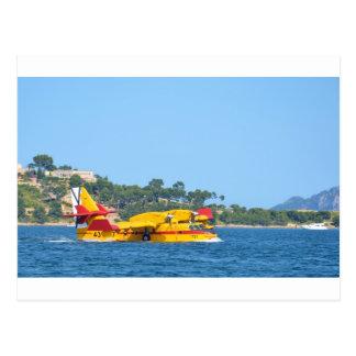 Seeflugzeug, das auf Wasser mit einem Taxi fährt Postkarte