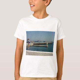 Seehafen-Dorf-Flugzeugträger-Pier-Wasser-Bucht D T-Shirt