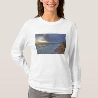 Seeklippen fangen Tagesletztes Licht bei Pomponi T-Shirt