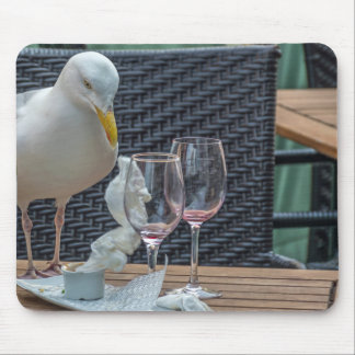 Seemöwe und leeres Weingläser mousepad