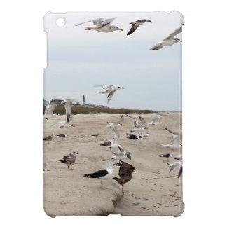 Seemöwen fliegend, stehend und essend auf dem iPad mini hülle