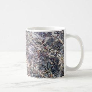 Seesteine in der Wasser-Foto-klassischen weißen Kaffeetasse