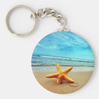 Seestern auf dem Strand, blauer Himmel, Ozean Standard Runder Schlüsselanhänger