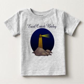 Seestrand des niedlichen Leuchtturmes des Baby T-shirt