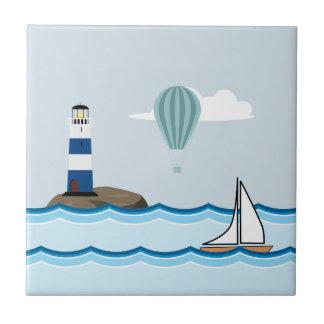 Seeszene mit Leuchtturm und Segelboot Keramikfliese
