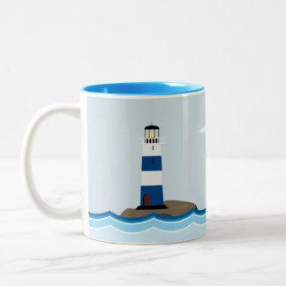 Seeszene mit Leuchtturm und Segelboot Zweifarbige Tasse