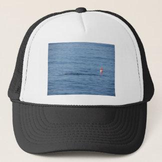 Seetaucher in Unterwasseratemgerät-Anzug Swim im Truckerkappe