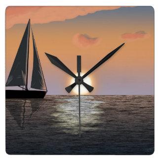 Segelboot am Sonnenuntergang auf der Wasser-Uhr Quadratische Wanduhr