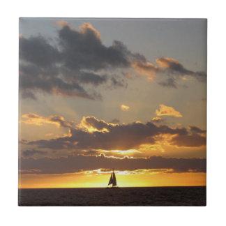 Segelboot am Sonnenuntergang Fliese