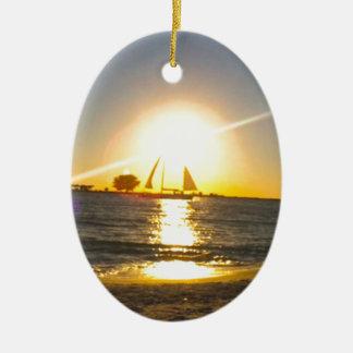 Segelboot am Sonnenuntergang Ovales Keramik Ornament