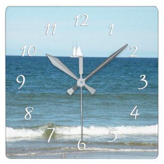 Segelboot auf dem Ozean der Cape Cod-Strand-Uhr Quadratische Wanduhr