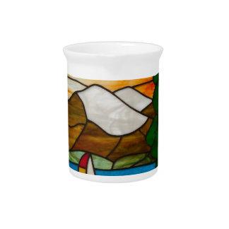 Segelboot auf Mountainsee-Buntglas-Entwurfs-Kunst Getränke Pitcher