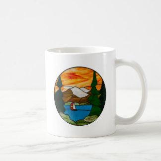 Segelboot auf Mountainsee-Buntglas-Entwurfs-Kunst Kaffeetasse